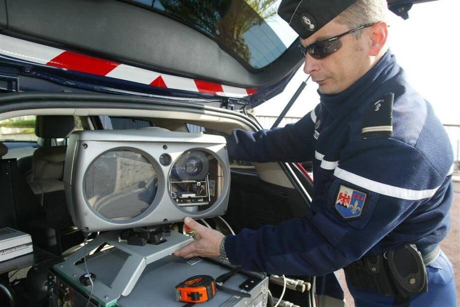 Le radar nouvelle génération permet aux gendarmes de flasher les excès de vitesse tout en roulant à bord d'une voiture banalisée.