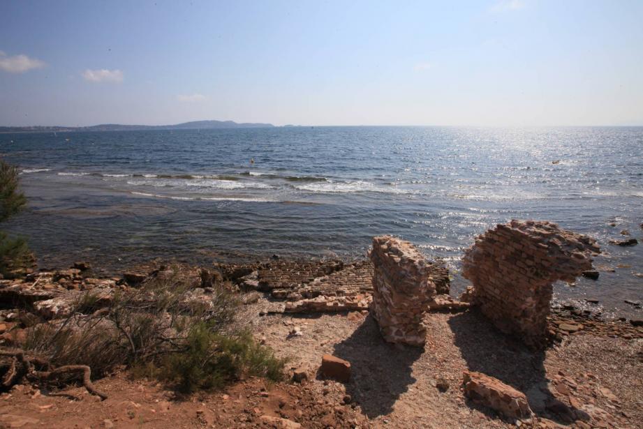 La campagne de fouilles 2013 du Pr Bats et son équipe a permis de préciser le tracé exact des remparts sud et donc des limites de la cité antique d'Olbia.