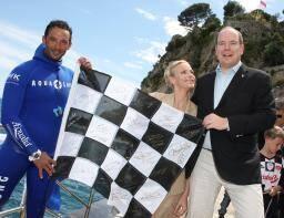 L'apnéiste Pierre Frolla et le couple princier posent avec le damier du dernier GP de Monaco 2013