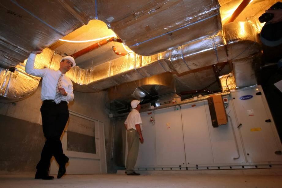 Ci-dessus, une des 19 centrales de traitement de l'air . Ces machines récupèrent la chaleur de l'air extrait pour la transférer à l'air neuf.
