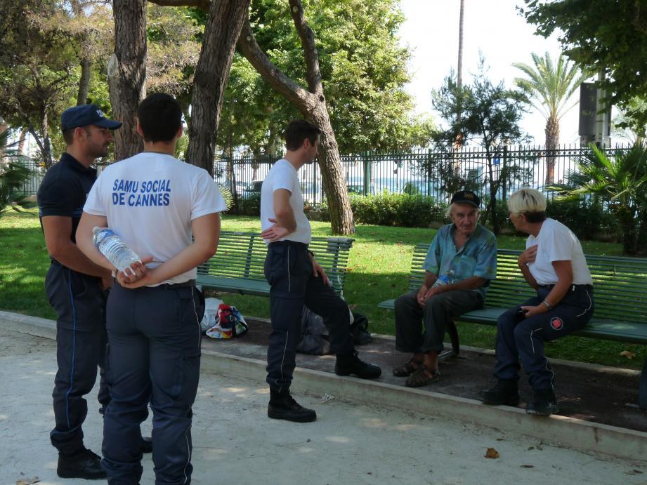 Petite pause square Mistral où l'équipe prend des nouvelles de « Papy ».