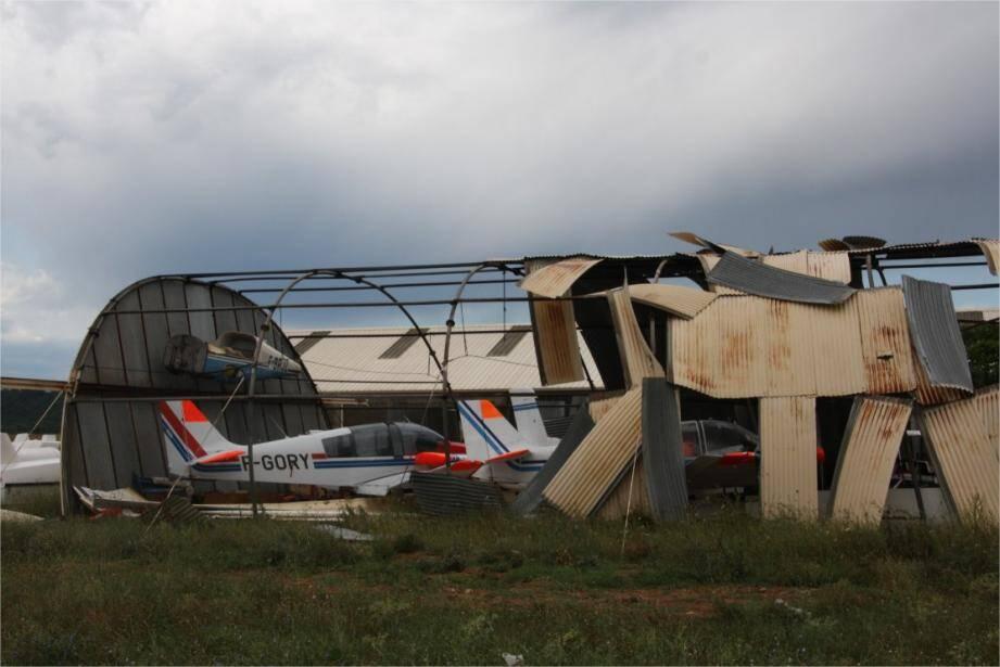 Sur l'aérodrome, les tôles du hangar tunnel abritant trois aéronefs ont été emportées par le vent tourbillonnant. Les sapeurs-pompiers ont sécurisé, hier matin, le site.