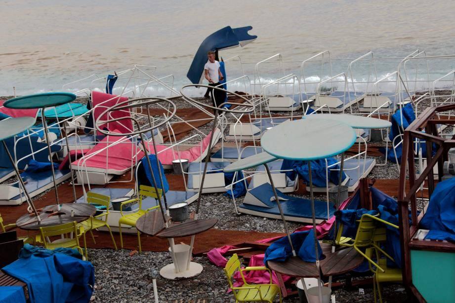 Sur la plage à Nice après le passage de l'orage.