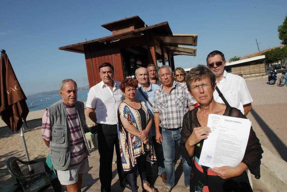 Lydia Rigaill (au premier plan) a subi les foudres du maire de Fréjus. Hier, tous s'étaient mobilisés autour de son kiosque.
