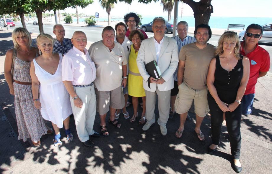 Près de leurs plages, les patrons des établissements du bord de mer posent avec les élus cagnois à la sortie de leur réunion.