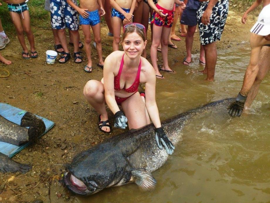Passionnée de pêche, Célia Lemitre a sorti des eaux du lac de Saint-Cassien un silure de 2,04 mètres.