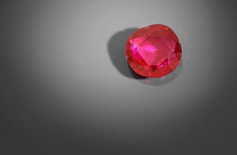 Un rubis de 8,7 carats a été adjugé 930.000€ - soir 1.125.000€ en comptant les frais - au cours d'une vente aux enchères à Monaco. Un montant record.