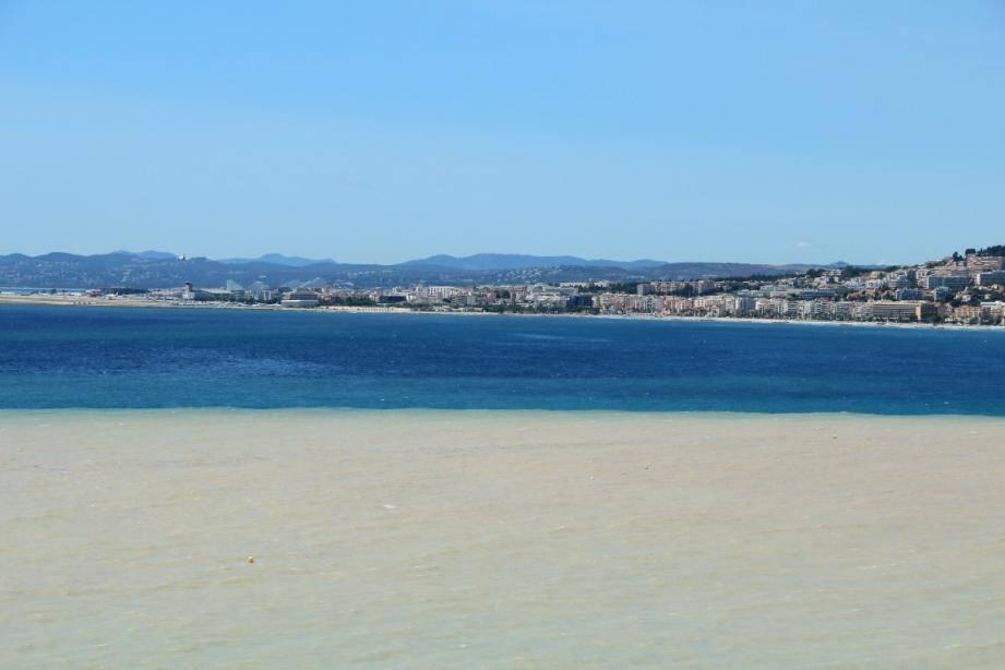 L'orage de lundi matin a provoqué de nombreux rejets en mer dans la baie des Anges obligeant la ville de Nice à interdire la baignade pendant une journée.