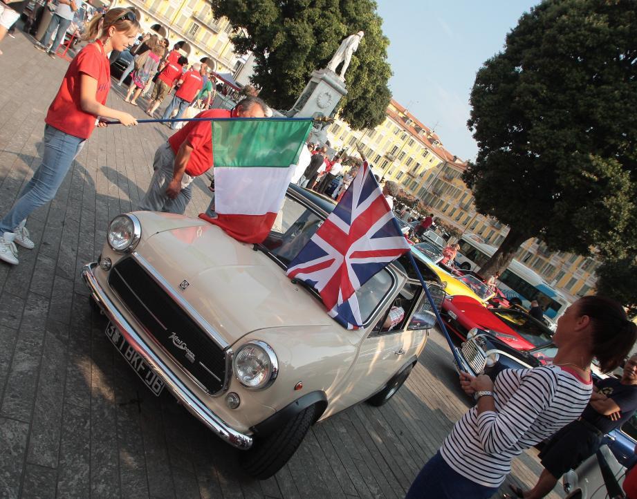 De bien belles voitures italiennes et anglaises sont parties ce dimanche  de la place Garibaldi pour rejoindre Saint-Martin-Vésubie.