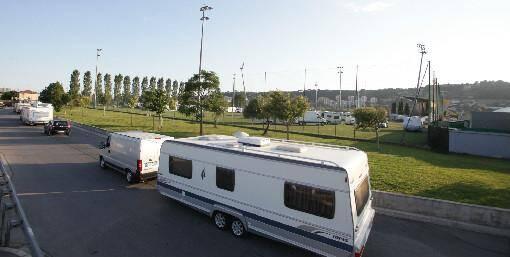 Les caravanes des gens du voyage ont quitté le stade des Arboras, à Nice-Ouest, lundi soir.
