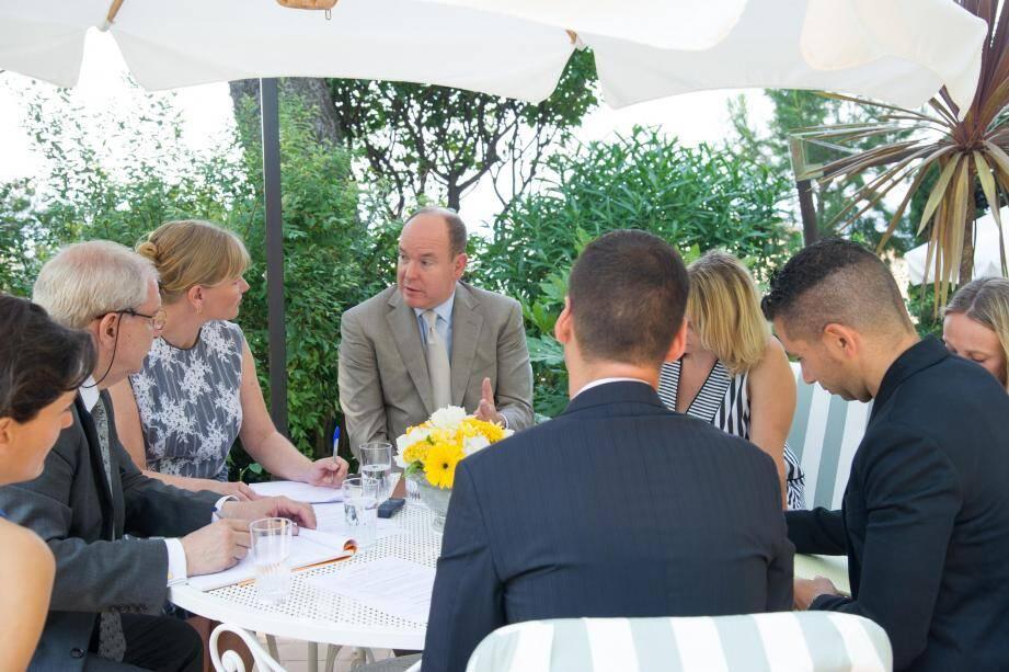 Le prince Albert II a accueilli hier matin, dans les jardins du palais, quelques-uns des représentants de la presse locale : Monaco-Hebdo, La Gazette de Monaco, L'Observateur de Monaco et Monaco-matin.