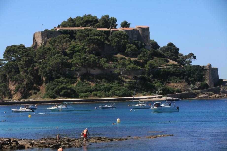 Niché au sommet d'un rocher isolé, à quelques encablures de la côte, une forteresse du XVe siècle aux murailles hautes et lisses, percées de meurtrières et surmontées de mâchicoulis et de créneaux d'où sortent quelques bouches de canons menaçants.