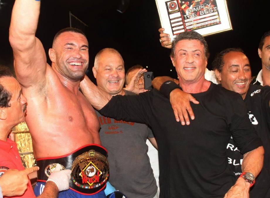 Qui d'autre que l'interprète de Rocky pour remettre la ceinture de champion du monde de kick-boxing à Jérôme Le Banner...