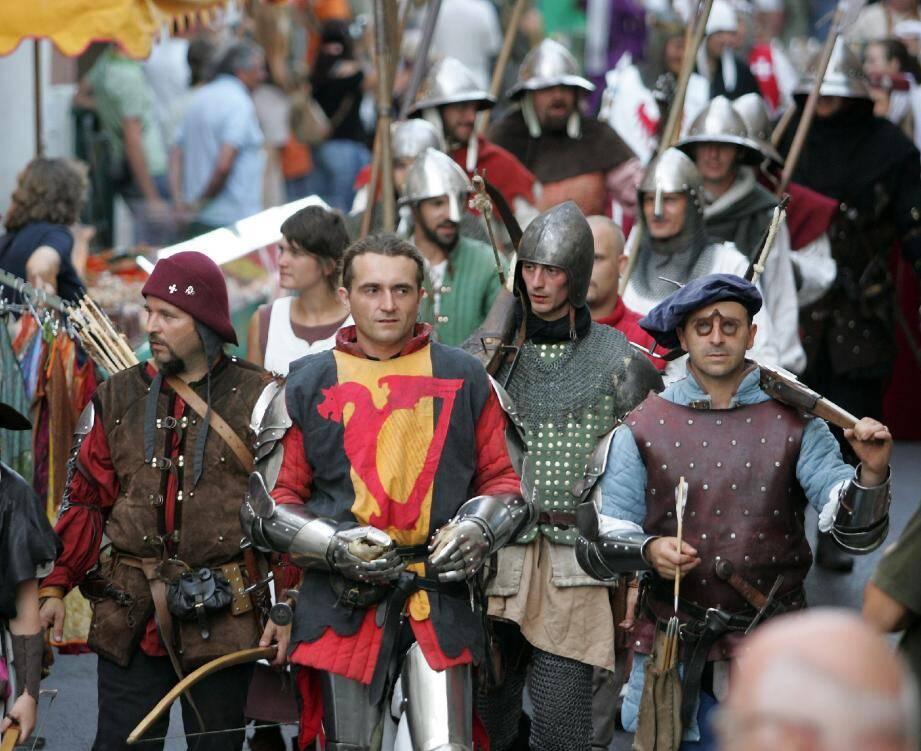 2 La Garde devient médiévale la nuit - 22142931.jpg