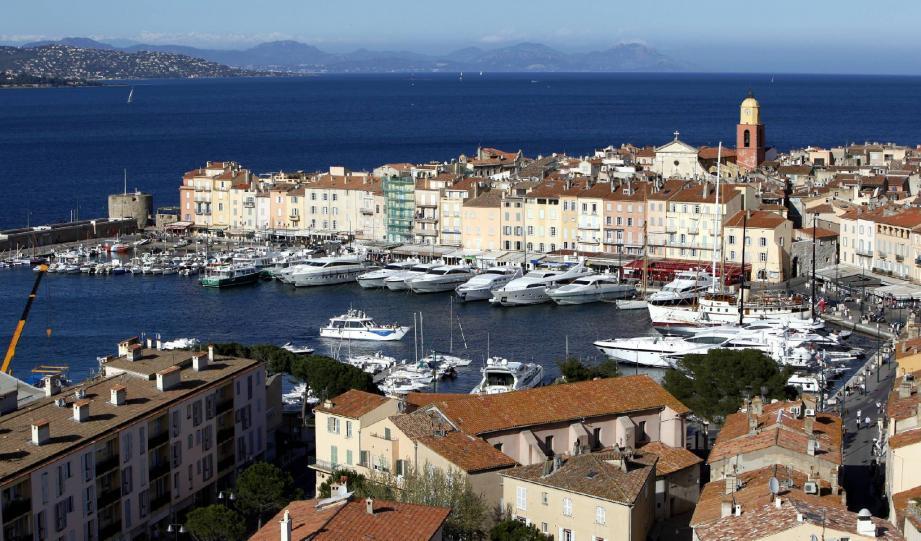 Le port de Saint-Tropez accueille chaque année de véritables cathédrales des mers, avec ces yachts surdimensionnés.