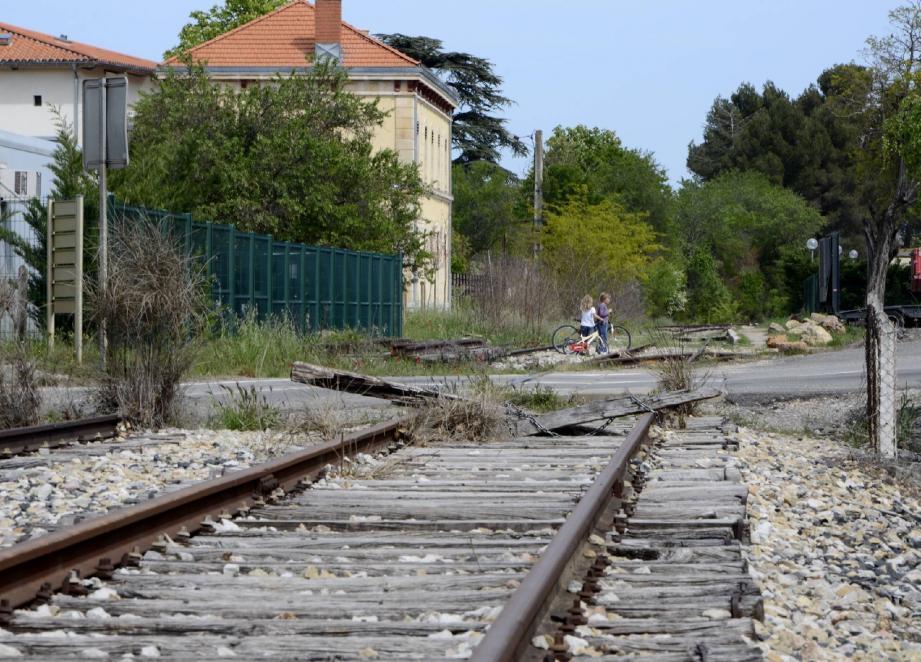 Désaffectée depuis les années quatre-vingt, la ligne historique (ici, la gare de Saint-Maximin) reliant Carnoules à Gardanne pourrait être remise en service moyennant un investissement estimé à 400 millions d'euros. Les études préliminaires tablent sur une fréquentation minimale de 600 à 1 000 usagers par jour, hors effet d'aubaine…