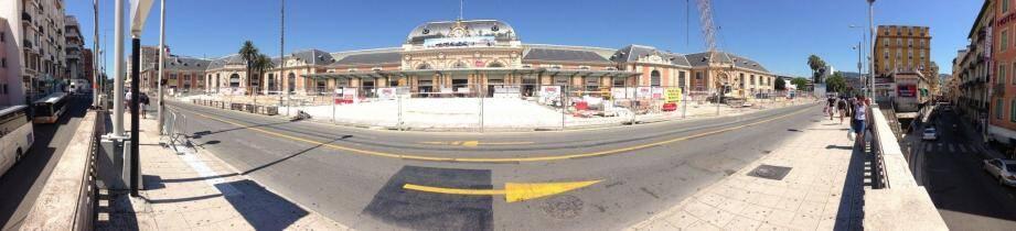 Hier, face à la gare Thiers.