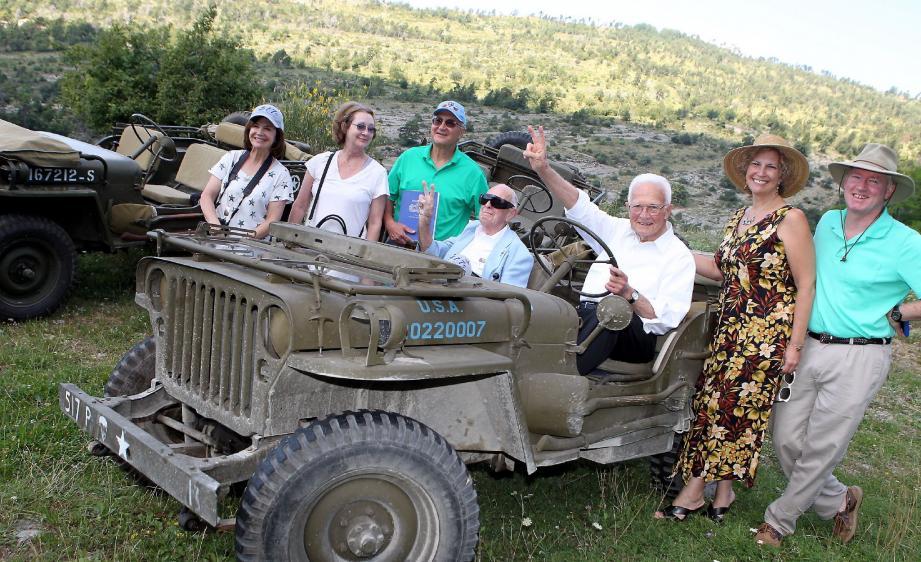Entourés par leurs proches, Alan Johnson (au volant) et Leo Dean ont retrouvé hier le col de Braus et la célèbre Jeep des libérateurs.