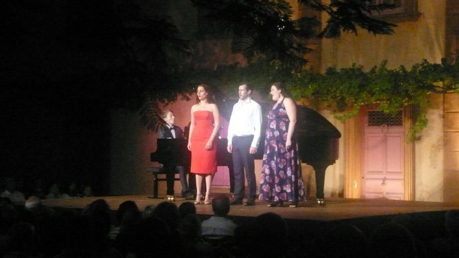 De gauche à droite, le pianiste Alphonse Cemin, la mezzo soprano Marie Kalinine, le baryton Damien Pass et la soprano Léa Trommenschagel.