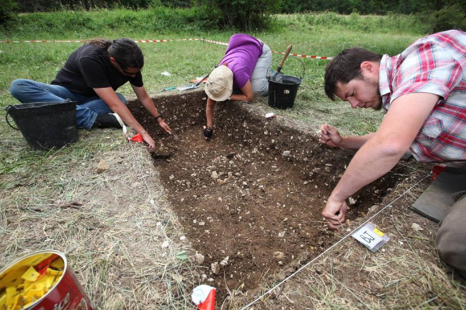 Les jeunes bénévoles fouillent depuis le début de la semaine le sol de Comps (Var).