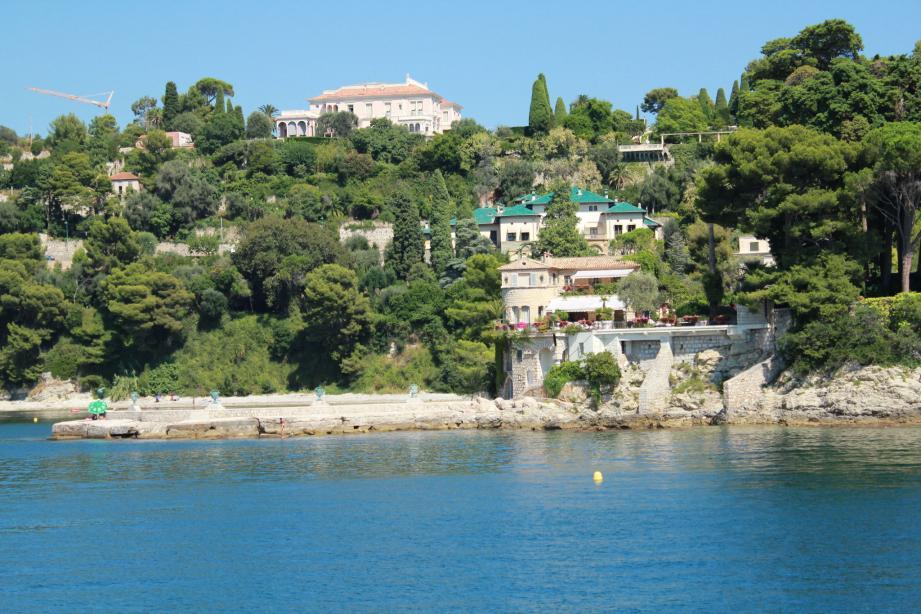 Bien accrochées sur leur falaise, les somptueuses villas fascinent et l'espoir demeure d'apercevoir leurs célèbres propriétaires aux balcons de leur résidence.