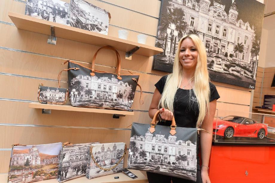 Des sacs imprimés avec les principaux édifices de Monaco et qui ont beaucoup de succès