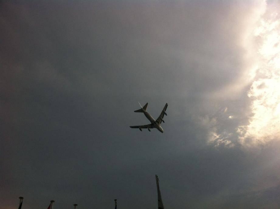 C'est cet avion, photographié par une baigneuse, qui a suscité la stupéfaction des estivants.