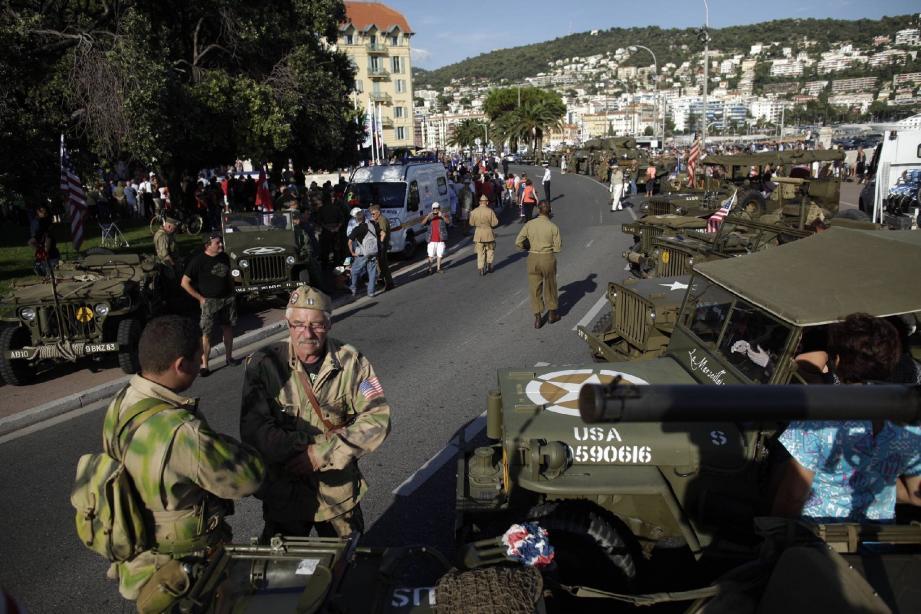 Entre les drapeaux américains et les uniformes militaires, le défilé de chars a fait revivre aux Niçois la joie de la liberté retrouvée.
