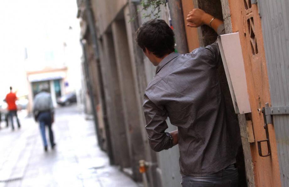 « Le trafic de drogue est tel autour de la Visitation, dans le cœur de ville de Toulon, que les policiers ont été autorisés par le bailleur social à pénétrer dans les parties privées pour faire des contrôles » , a souliné Mme Barret, intervenant pour le parquet de Toulon dans l'affaire du jeune Sofiane.