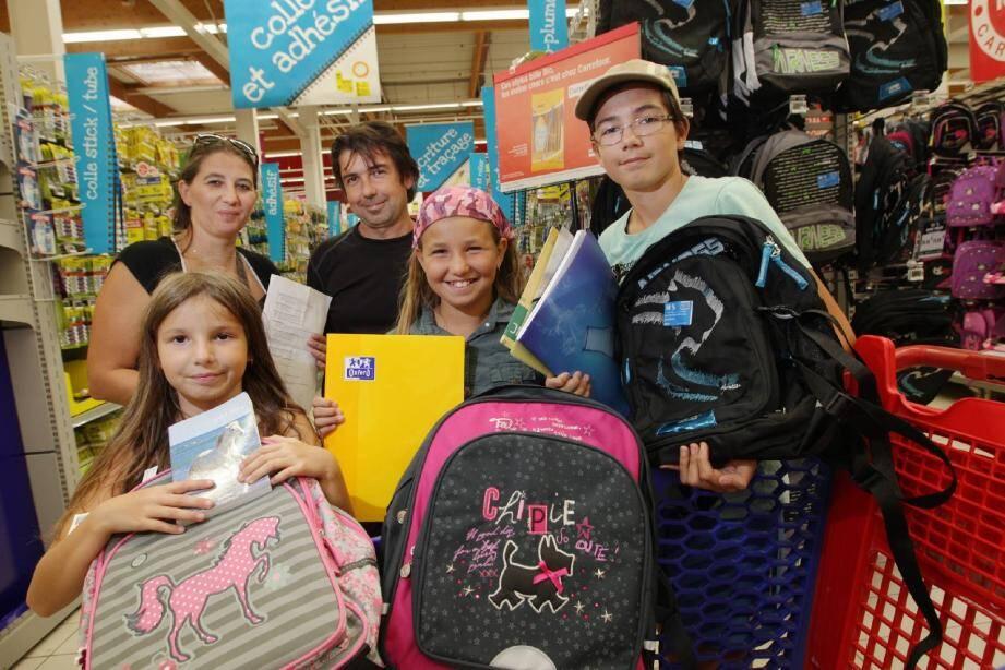 Cassandra 8 ans, Océane, 10 ans, Brian 12 ans et leurs parents Virginie et Luis ont passé plusieurs heures à Carrefour pour les achats de rentrée, en faisant très attention aux prix. Pas beaucoup de marques, surtout des promotions dans leur panier qui devrait dépasser les 200 euros.