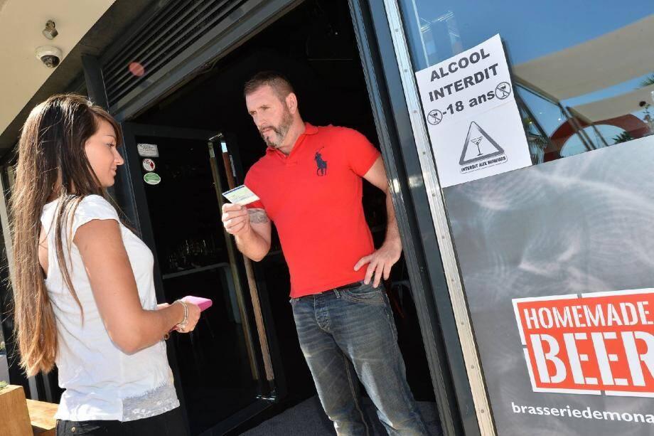 A la Brasserie de Monaco, deux personnes sont disposées à l'entrée pour contrôler l'âge des clients. Un bracelet est donné aux mineurs afin qu'ils puissent profiter de l'établissement sans consommer d'alcool.