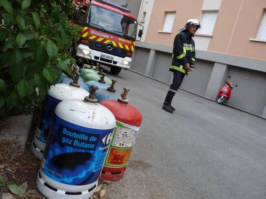 """Plus d'une vingtaine d'habitants de deux immeubles de la résidence """"Arc-en-Ciel"""", route de Montferrat à Draguignan ont été évacués ce matin vers 7 heures par la police et les pompiers."""