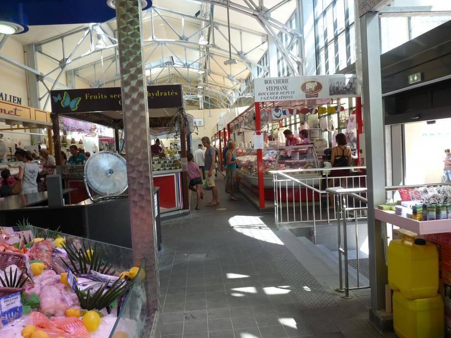 Effets de la crise et températures élevées qui rendent l'intérieur la cité marchande inconfortable : en pleine saison touristique les allées de la halle restent vides.