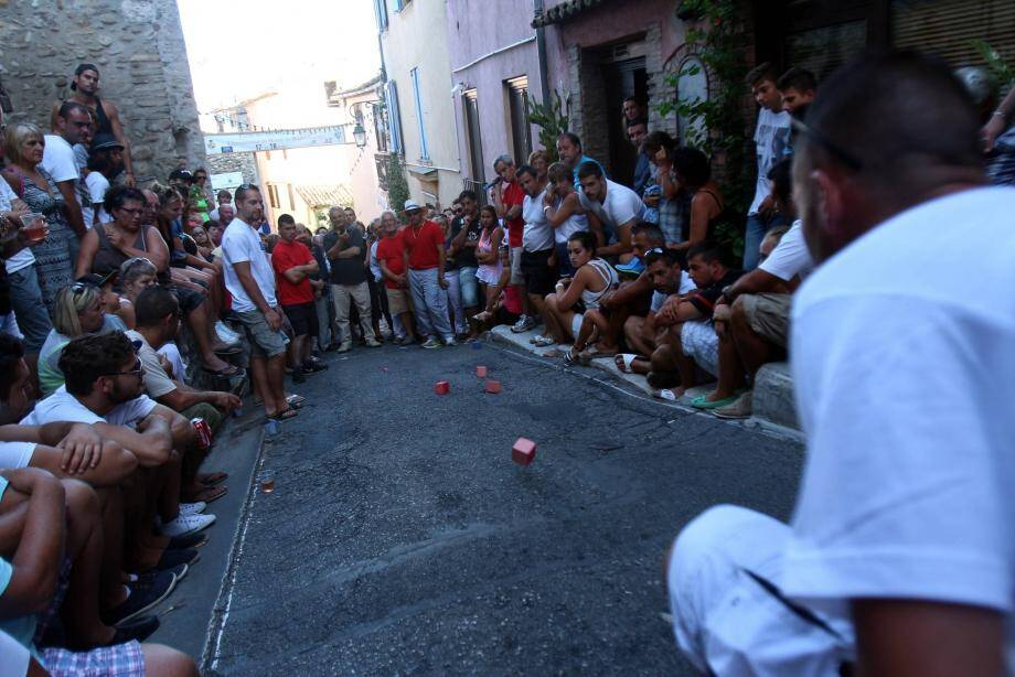 Ambiance survoltée lors de la finale du tournoi dans la montée de la Bourgade.