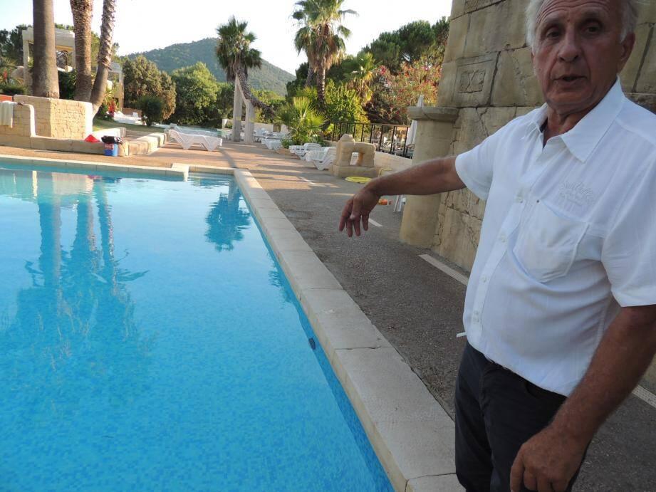 Michel Nore, le gérant des Cigales, devant la piscine fermée, hier soir.