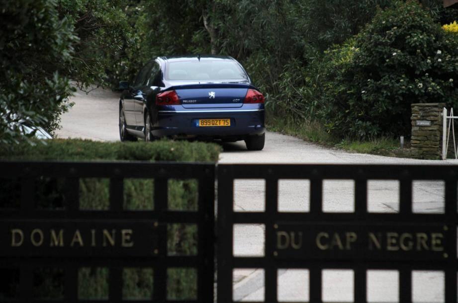 Le Lavandou, le 27 fevrier 2010: Une voiture presidentielle rentre dans le domaine du Cap Negre ou le président Nicolas Sarkozy et sa femme Carla Bruni-Sarkozy passent quelques jours de repos.