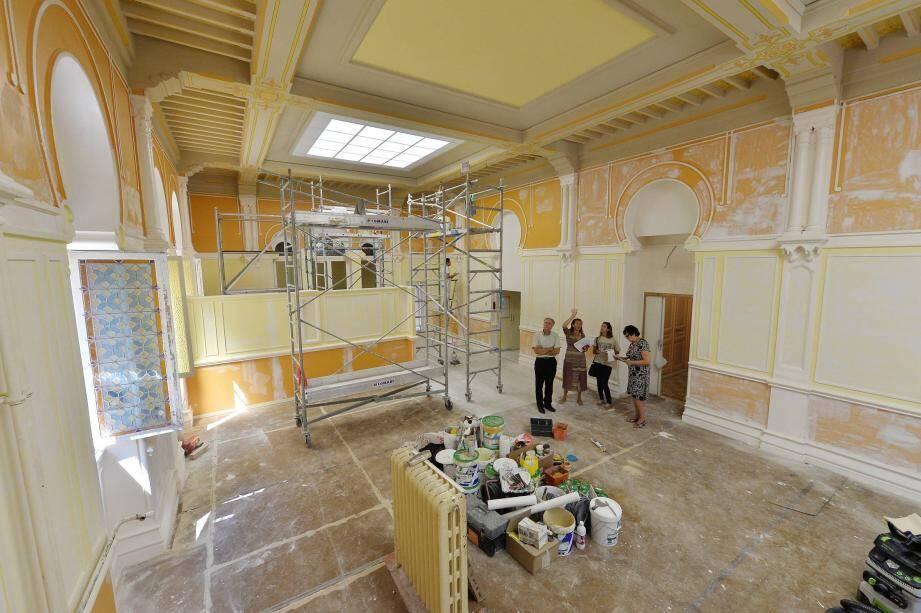Les travaux de réfection de la cantine de l'école de l'Hôtel de ville ont fait apparaître des fresques et une rosace.