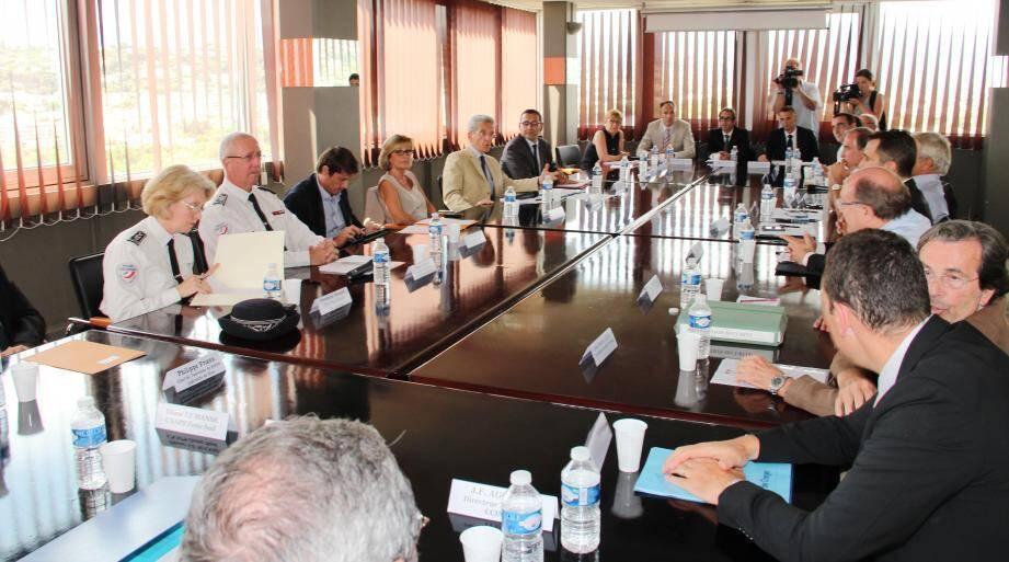 Tous autour de la table pour lutter contre la délinquance : le préfet, responsables policiers, élus et professionnels du luxe.
