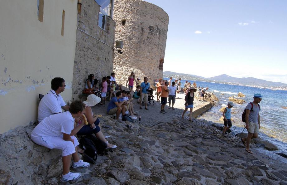 A l'ombre de la tour du Portalet, les pieds presque dans l'eau, l'ombre bienfaitrice est omniprésente.