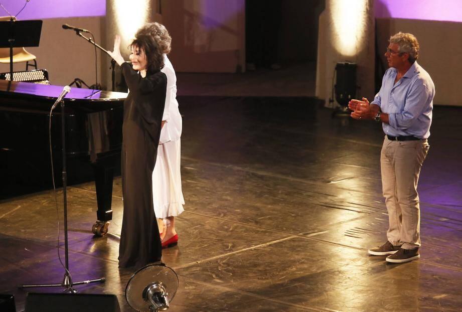 Émue, Juliette a quitté la scène en saluant sous les applaudissements, escortée de Jacqueline Franjou et Michel Boujenah.