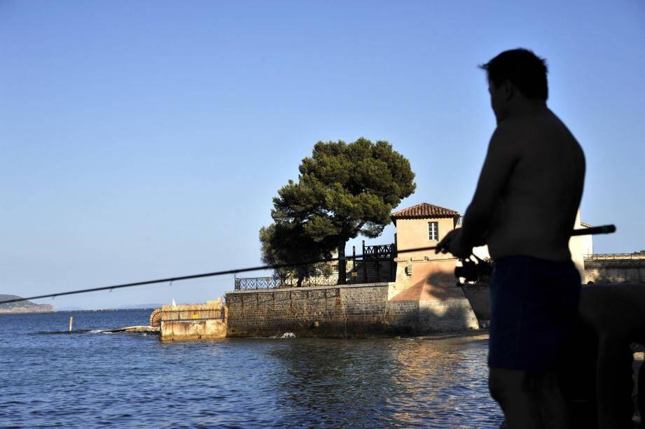 Le corps de la jeune femme sans vie a été repéré par un pêcheur à la ligne à quelques mètres du rivage, près du fort de l'Éguillette.