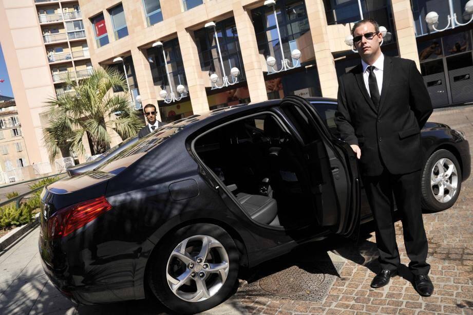 Deux cents chauffeurs de tourisme exercent dans le Var, comme Matthieu Spis et Gaël Vanni à Toulon.