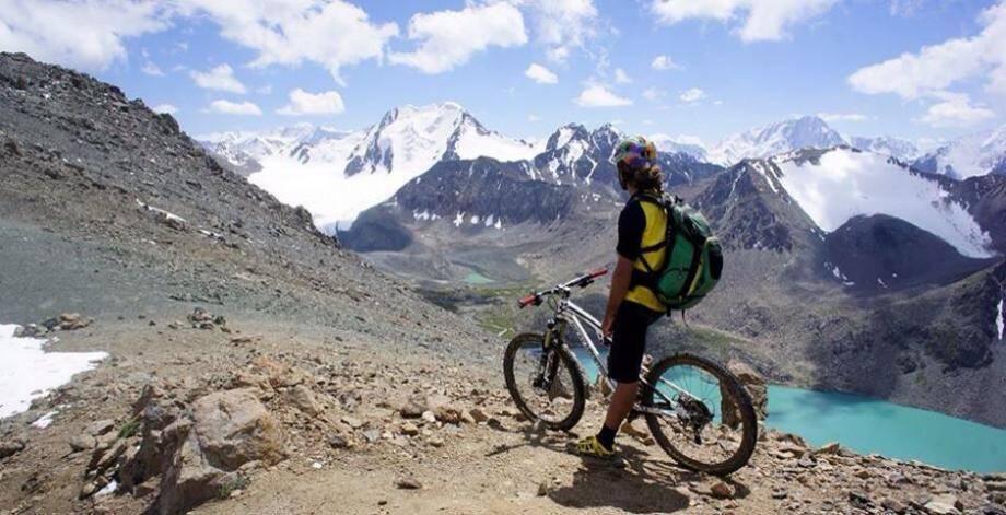 Du VTT en haute montagne au programme du voyage de Tito Tomasi au Kirghiztan.