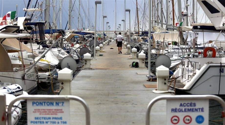 Des places vides dans les ports mentonnais, une rareté en période estivale.