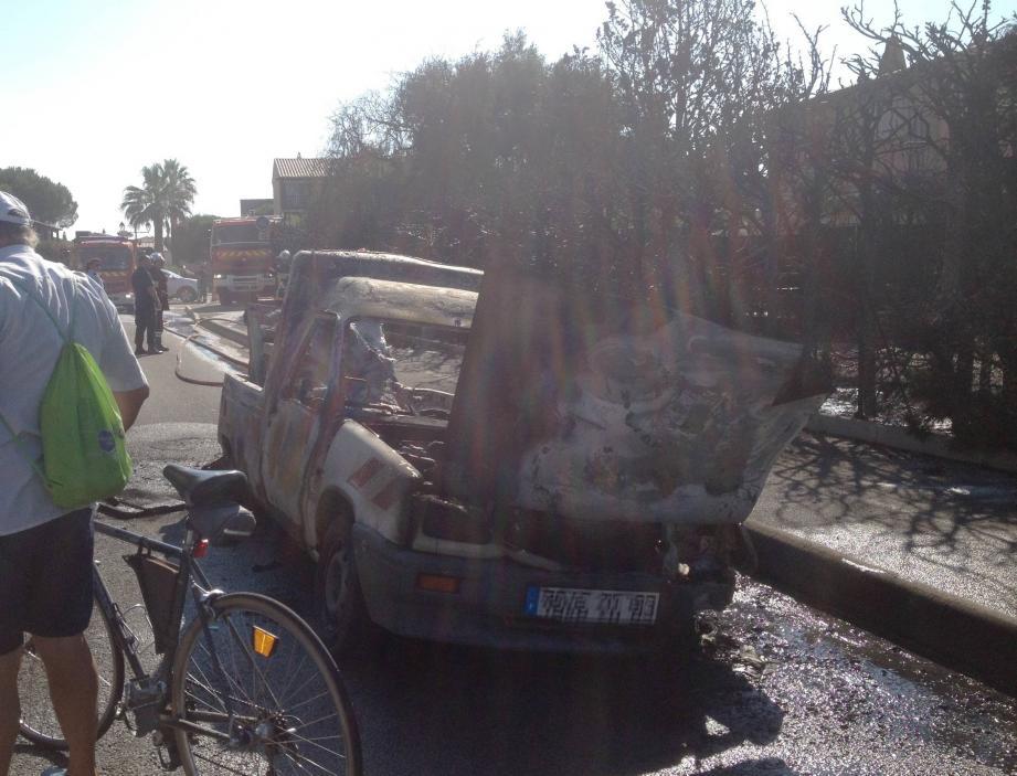Le véhicule municipal s'est consumé en quelques secondes.
