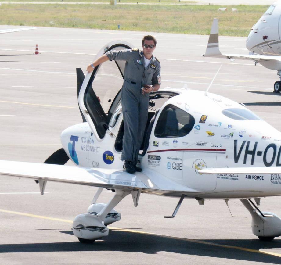 Le jeune pilote d'avion australien de 19 ans, Ryan Campbell a atterri à l'aéroport de Cannes Mandelieu ce vendredi 16 août 2013. Il tente de battre le record du monde du tour du monde réalisé par le plus jeune pilote