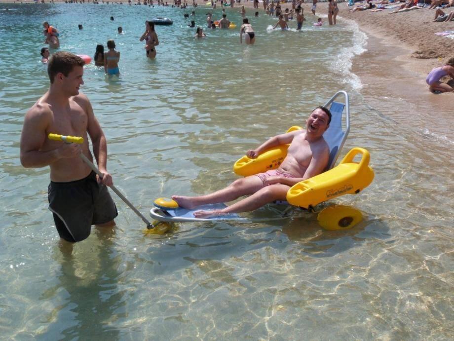 De plus en plus de plages sur le littoral azuréen se dotent de matériel pour accueillir les personnes handicapés.