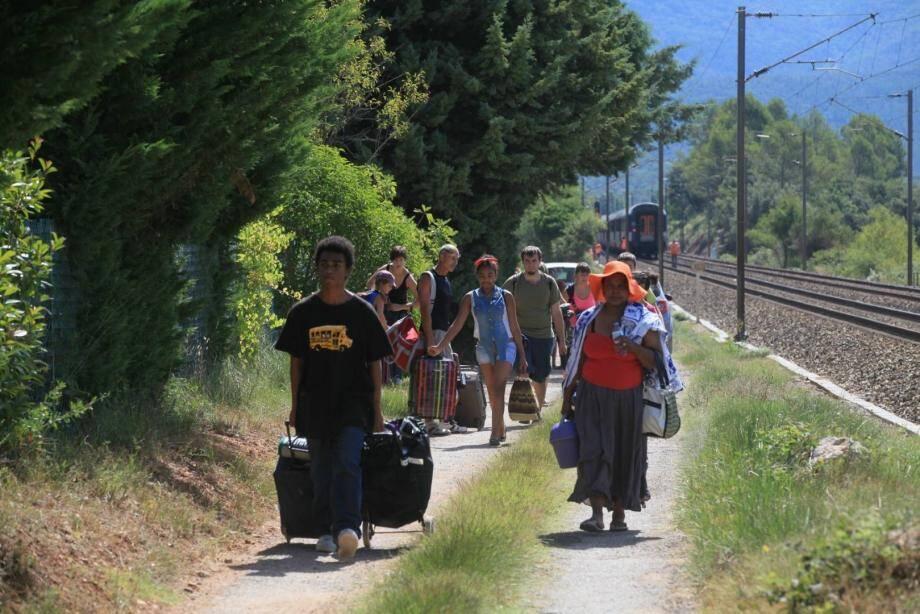 Les passagers ont été forcés de quitter le train pour rejoindre des bus, à pieds.