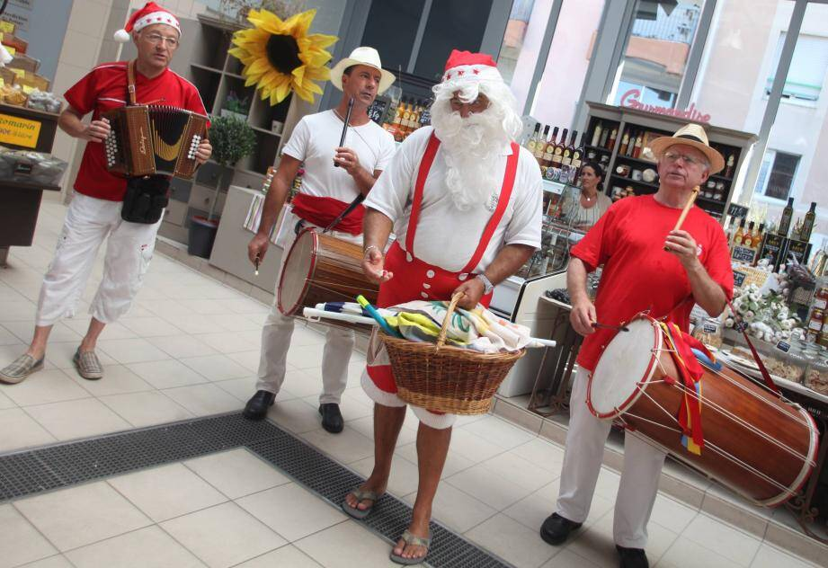 Tenue d'été pour le Père Noël en vacances à Saint-Raphaël.
