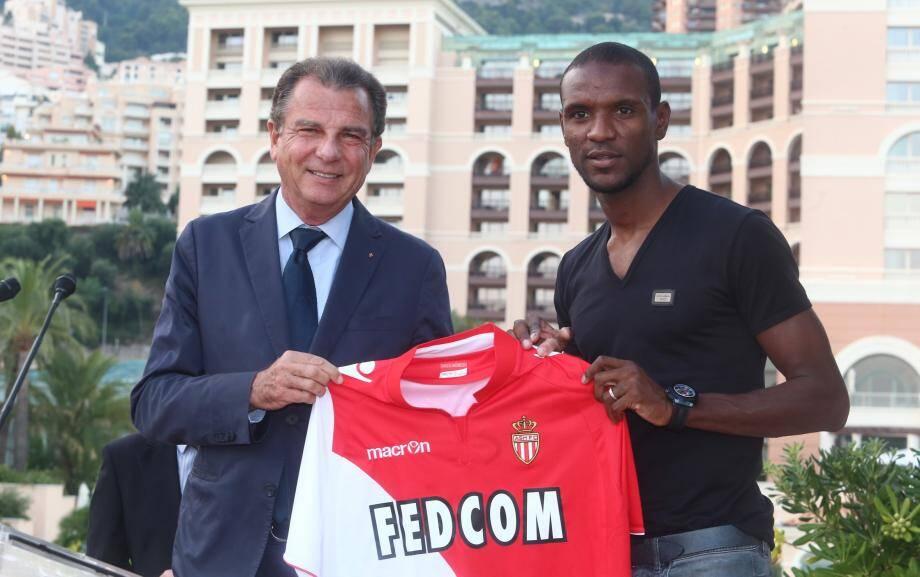 Eric Abidal a remis à Michel Dotta, le président de la CDE, un maillot dédicacé.
